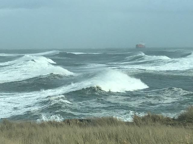 Large waves off Grays Harbor (Photo: Petty Officer 2nd Class Steven McDougal // U.S. Coast Guard)<p></p>
