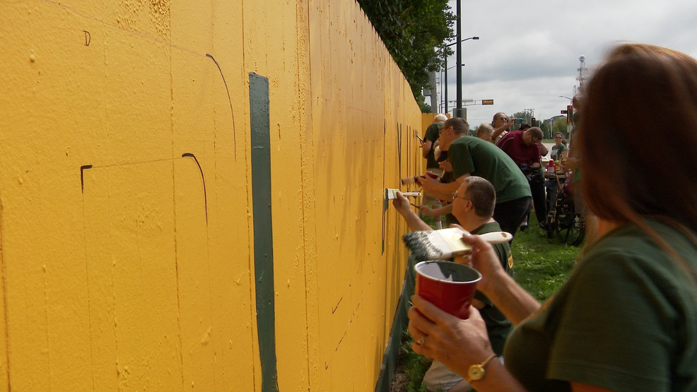Packers fence features new slogan for teams 100th season (WLUK/Mike Raasch)