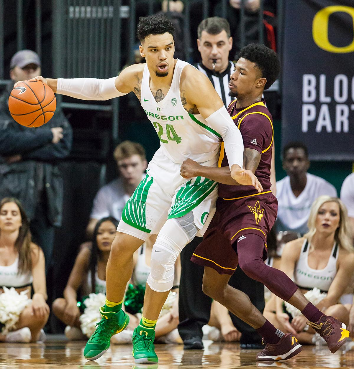 Oregon forward Dillon Brooks (#24) edges out Arizona State guard Shannon Evans II (#11). The Oregon Ducks defeated the Arizona State Sun Devils 71 to 70. Photo by Ben Lonergan, Oregon News Lab