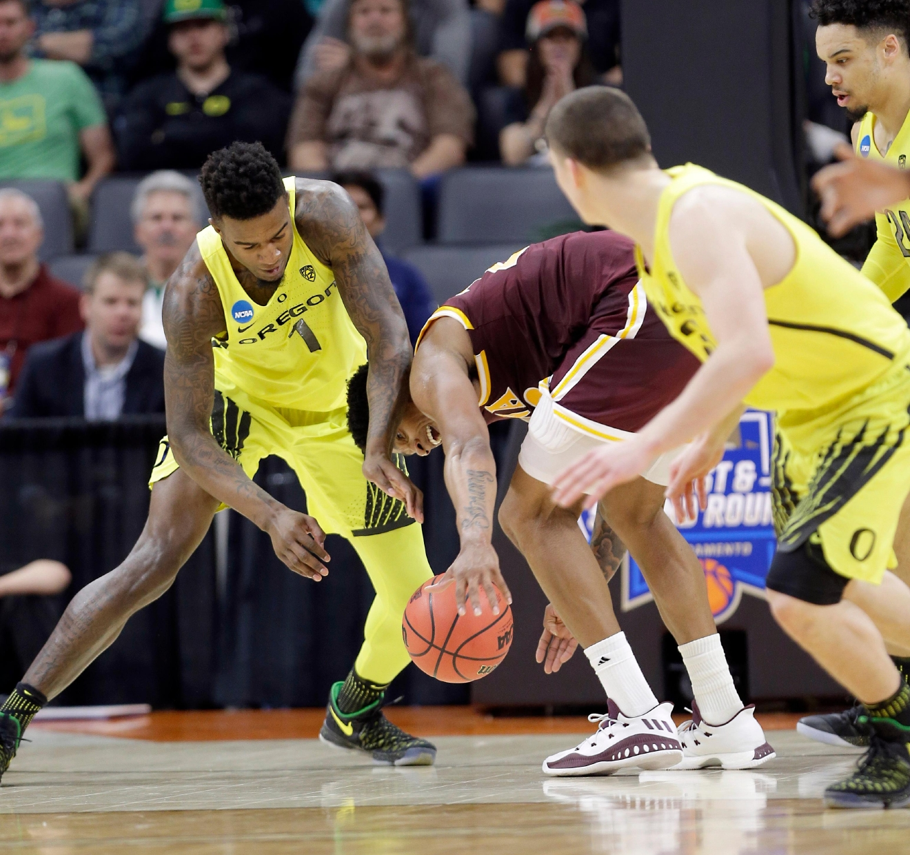 Oregon forward Jordan Bell, left, and Iona forward Jordan Washington scramble for the ball during the first half of a first-round game in the men's NCAA college basketball tournament Sacramento, Calif. Friday, March 17, 2017. (AP Photo/Rich Pedroncelli)