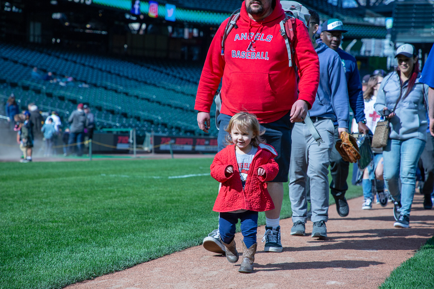 Families, friends, and our Seattle Mariners come together for their FanFest event for the 20th time in club history. Fans of all ages had the pleasure in running the bases, playing catch across the field, and receiving autographs from their favorite Mariners in Seattle's T-Mobile Park. (Image: Daniel Macadangdang / Seattle Refined)