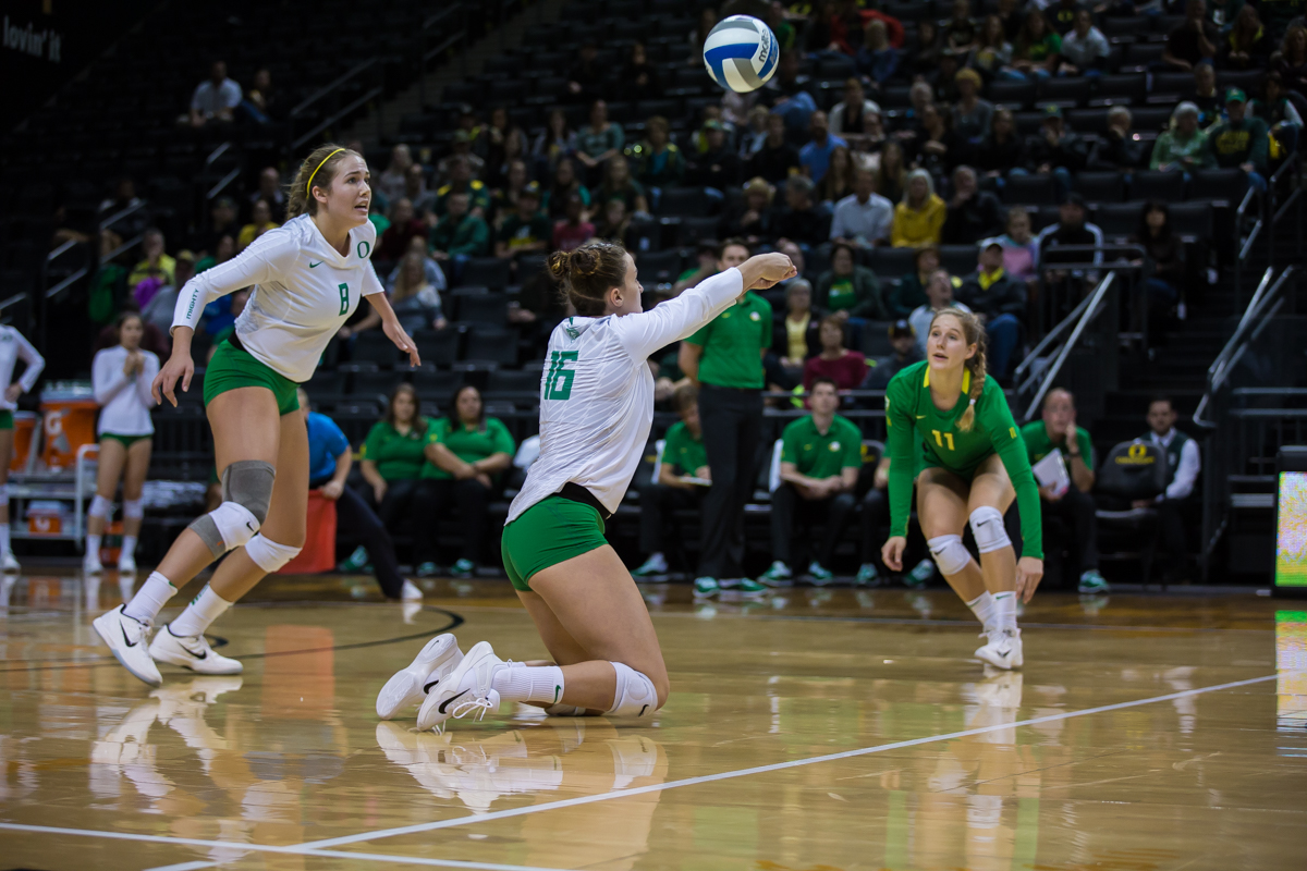 Oregon volleyball took down the University of Arizona in a thrilling five set match on Friday night. This win brings Oregon to an overall 12-5 record on the season. Photo by Dillon Vibes