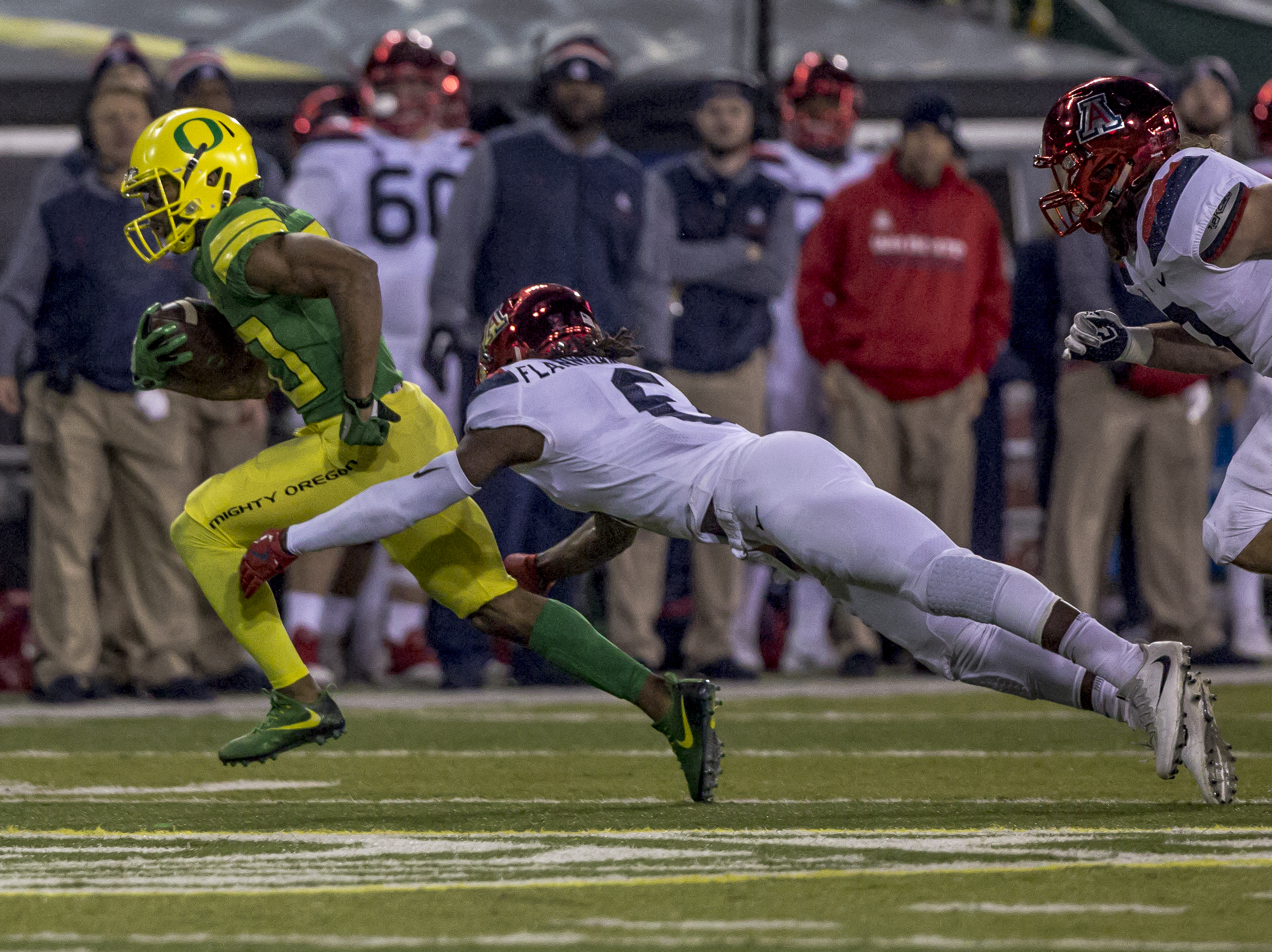 Oregon running back Tony Brooks-James (#20) sprints away from an Arizona defender. The Oregon Ducks defeated the Arizona Wildcats 48 to 28 during a chilly evening game at Autzen Stadium on November 18, 2017. Photo by Ben Lonergan, Oregon News Lab