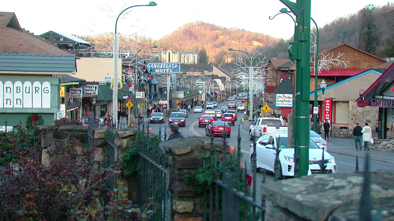 City officials urging tourists to return to Gatlinburg (WKRC)