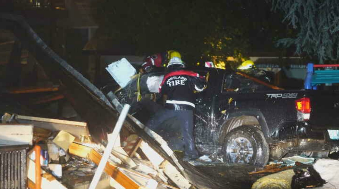 Driver dies after crashing into SE Portland apartments