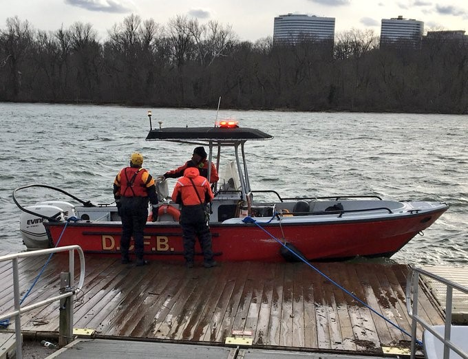 14 rescued from Potomac River after HS rowing team's skiff, 'chase boat' overturn (DC Fire and EMS){&amp;nbsp;}<p></p>