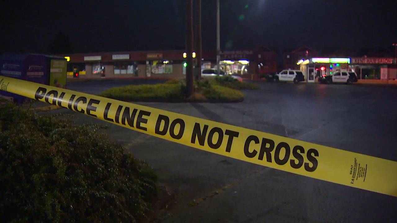 Kent police shot and killed a suspect who was dragging an officer behind him with a stolen car just a few feet from a strip mall overnight. (Photo: KOMO News)