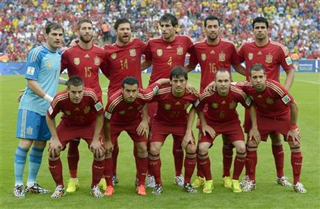 The Spanish team line up for a group photo before the group B World Cup soccer match between Spain and Chile at the Maracana Stadium in Rio de Janeiro, Brazil, Wednesday, June 18, 2014.