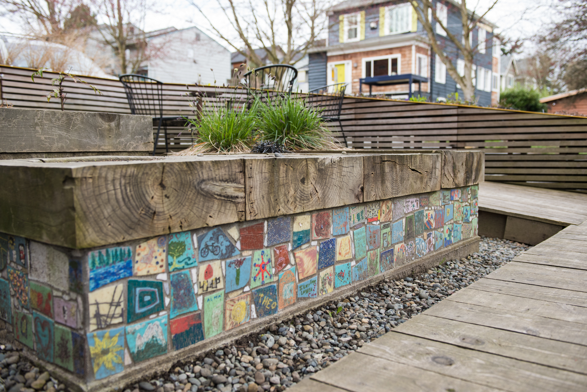 25th and Union Parklet: Landscaping, a wooden platform, colorful tiles contribute to making this mini-space a comfortable area to sit. Little Free Libraries are nearby. (Image: Natalia Dotto)