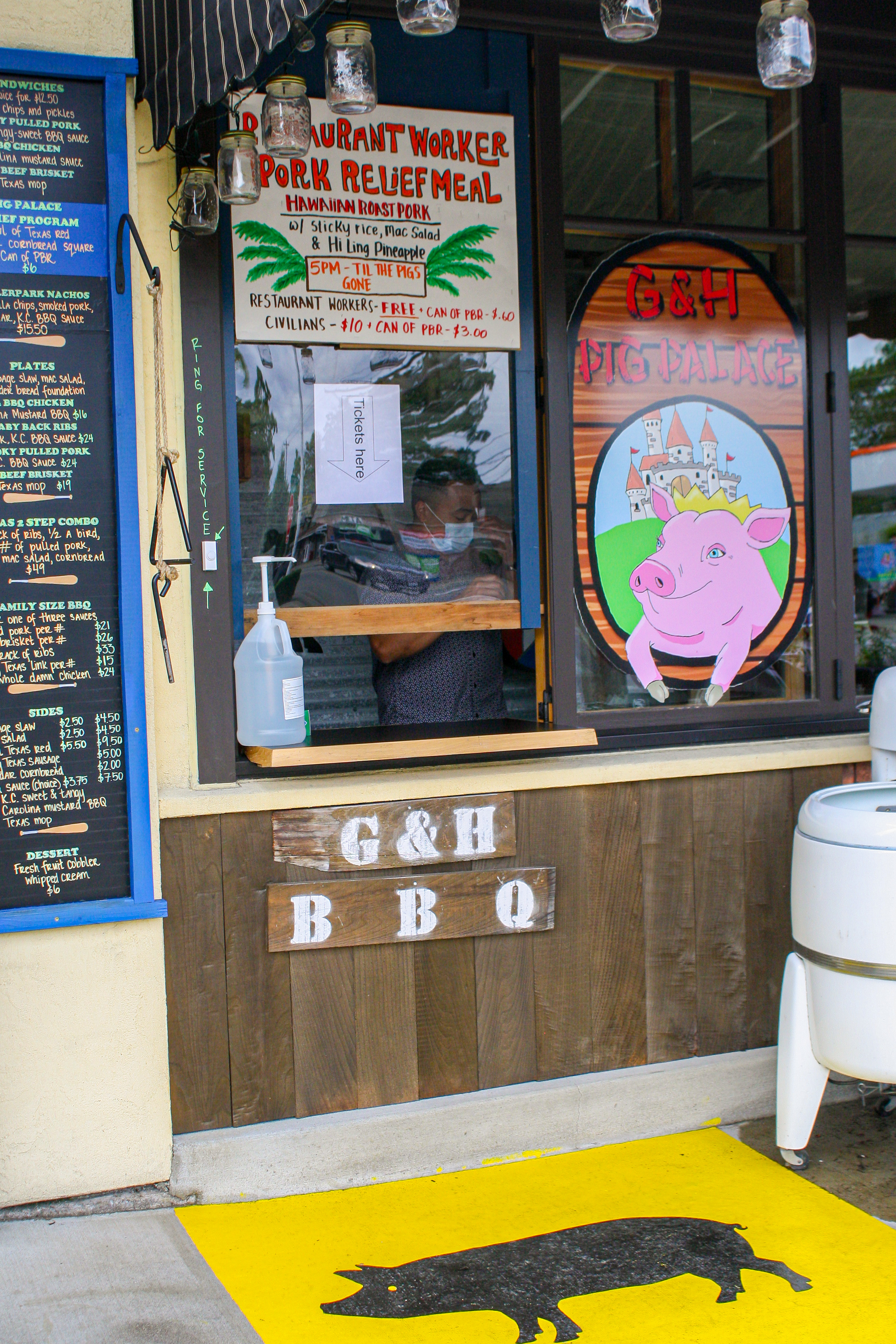G&H Pig Palace walk-up window at{ }Cooks Tavern in Tacoma (Image: Chow Foods)